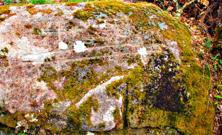 Gravura de Espada Medieval e Cruz no Castro de O Formigueiro