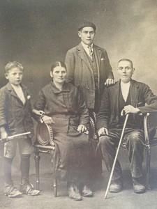 Miguel Bayón cos seus pais e irmán
